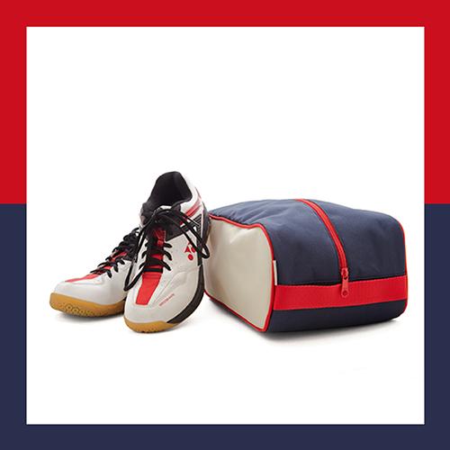 sötétkék-törtfehér-piros cipőtartó táska